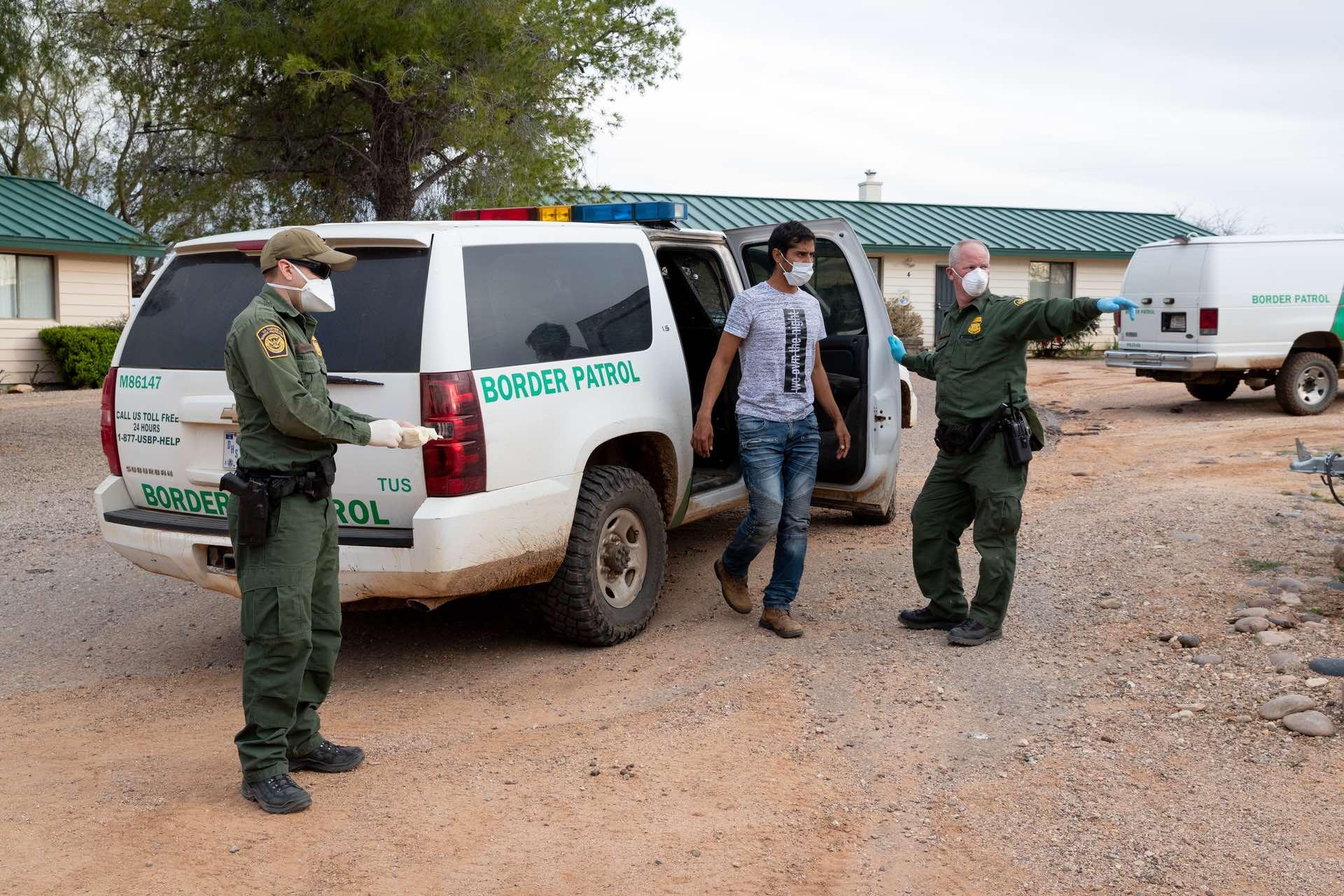 adultos solteros cruzando la frontera