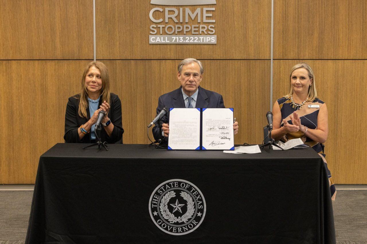 https://thetexan.news/wp-content/uploads/2021/07/Greg-Abbott-Joan-Huffman-Nichole-Christoph-Crime-Stoppers-Anti-Fentanyl-Legislation-Signing-1280x853.jpg